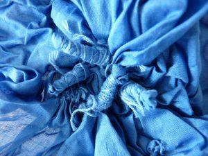 Le mouchoir est teinté mais comporté toujours les noeuds