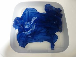 Ne reste plus qu'à laver le mouchoir à l'eau froide et à le laisser sécher.