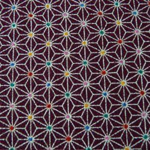 Du tissu chirimen avec le motif japonais traditionnel asanoha rehaussé de petites pointes de couleur.