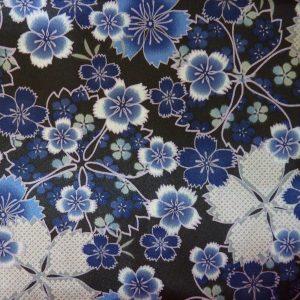 Tissu japonais avec motifs de fleurs de cerisier bleu, argenté et noir. 100% polyester : tissu très fluide et brillant, idéal pour aire des foulards.