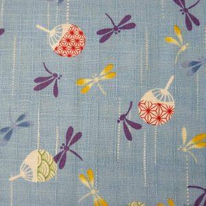 Libellules et éventails sur un tissu japonais aux symboles de l'été.