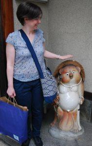 Statue de tanuki à l'entrée d'un magasin