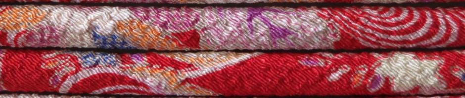 Cordon chirimen rouge à motifs de fleurs et vaguelettes