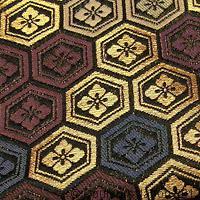 Motifs hanabishi sur tissu avec fils métalliques dorés