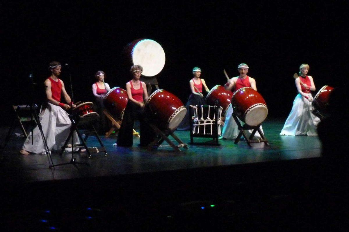 Concert de taïko par le groupe Kichigaï Taïko