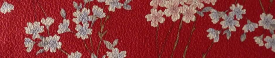 Tissu japonais gaufré rouge avec petites fleurs de cerisier sakura