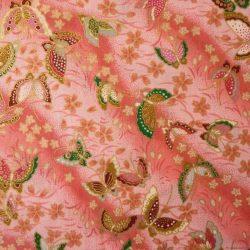 La version rose du tissu papillons et fleurs de cerisier déjà disponible en fond crème, gris et bleu