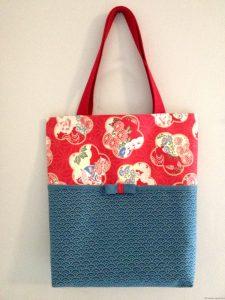 Sac en tissu rouge fleurs de prunier et tissu bleu de prusse motifs de petites vagues