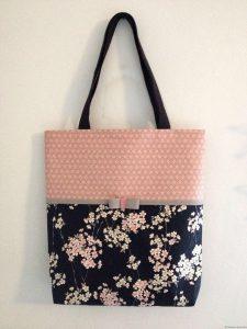 Sac cabas en tissu rose petit asanoha et tissu gaufré petites fleurs de cerisier sur fond noir