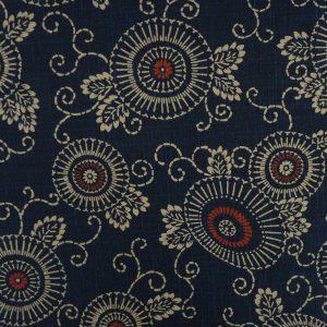 Exemple de motif karakusa avec des fleurs sur tissu indigo