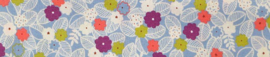 Tissu bleu clair motifs de fleurs et feuilles