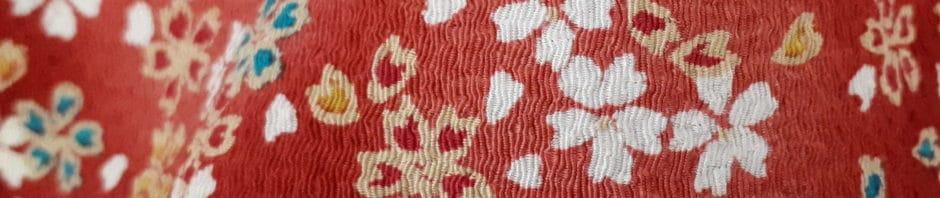 Trous sur une lisière de tissu crêpe